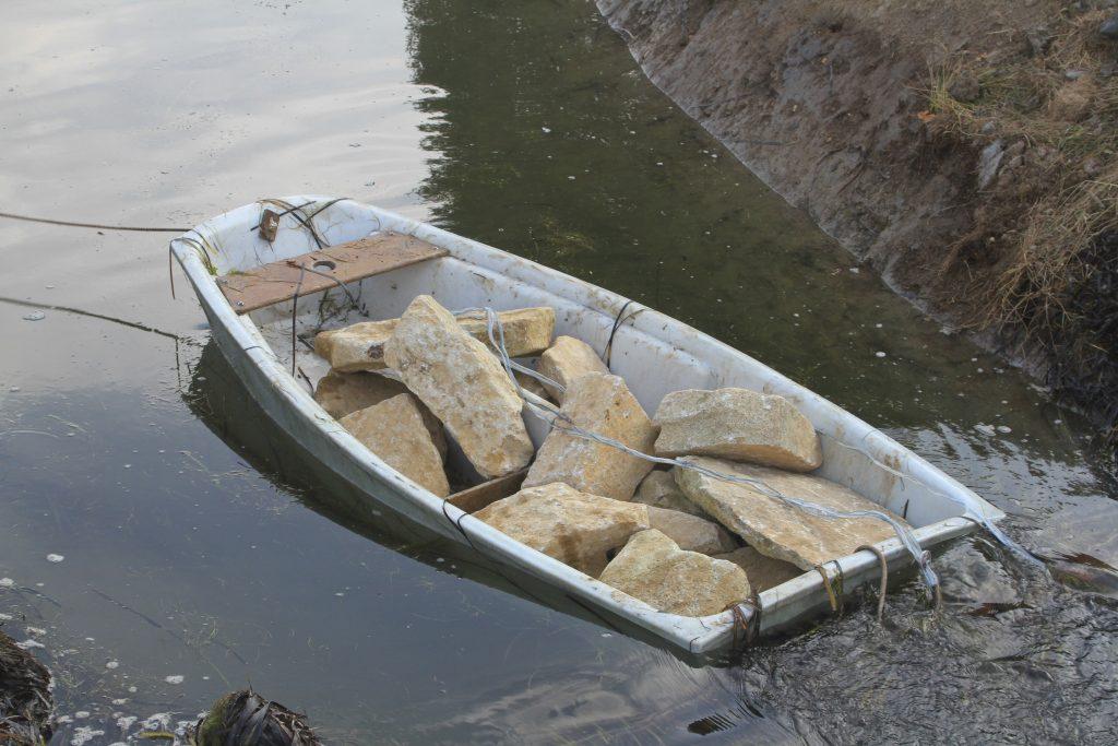 barque remplie de moellon de granite