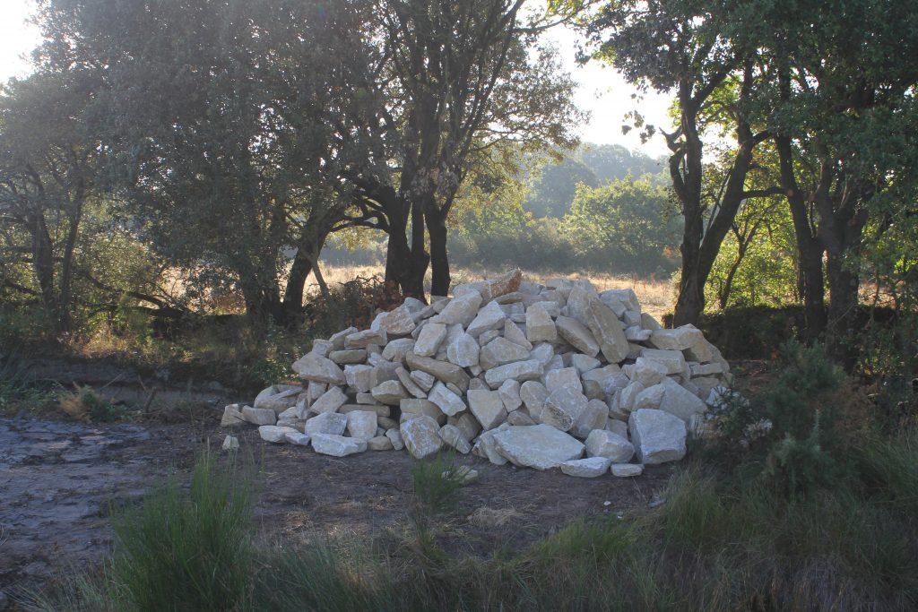 gros tas de moellon de granite devant la saline