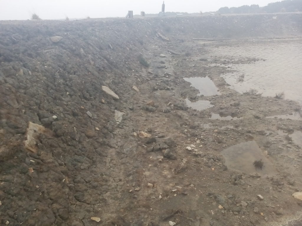 digue de saline affaissée dans tour d'eau